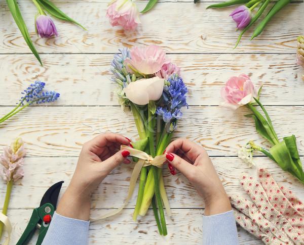 Fleuriste travaux femme bouquet fleurs du printemps Photo stock © dashapetrenko