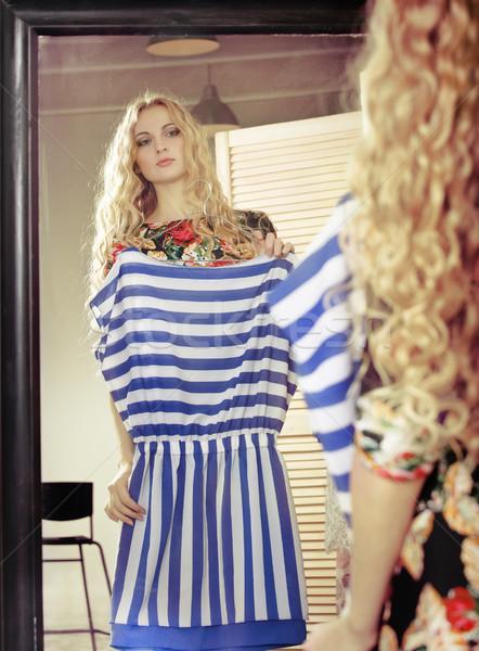 Foto stock: Mujer · compras · vestidos · mirando · espejo · ropa