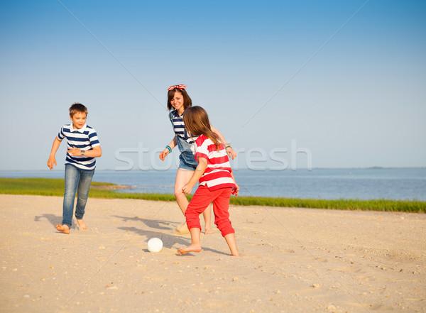 Irmão irmãs jogar bola de praia ao ar livre família Foto stock © dashapetrenko