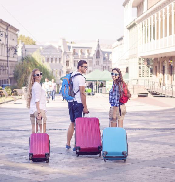 Amigos equipaje caminando calle ciudad atención selectiva Foto stock © dashapetrenko