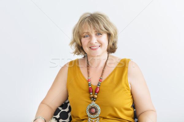 Rijpe vrouw vergadering stoel woonkamer gezicht home Stockfoto © dashapetrenko
