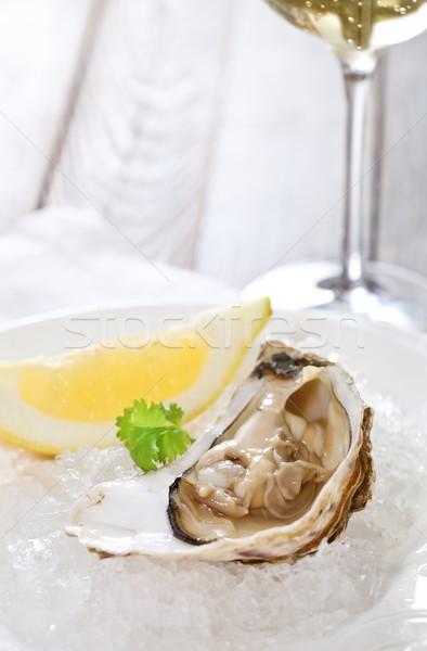 Vers oester geserveerd ijs witte wijn voedsel Stockfoto © dashapetrenko