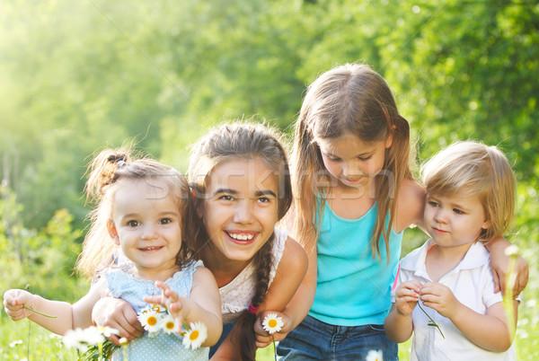 Cuatro ninos Daisy primavera campo ejecutando Foto stock © dashapetrenko