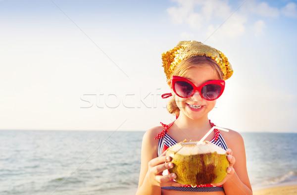Gelukkig aanbiddelijk meisje drinken strand Stockfoto © dashapetrenko