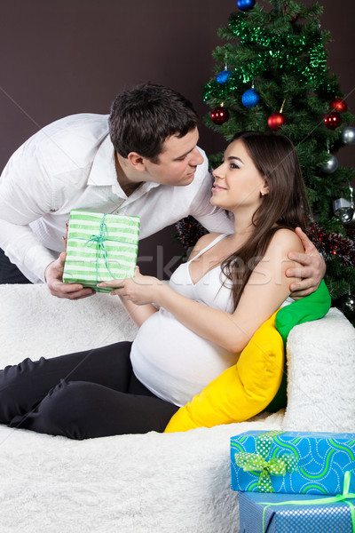 Feliz grávida casal árvore de natal presentes menina Foto stock © dashapetrenko