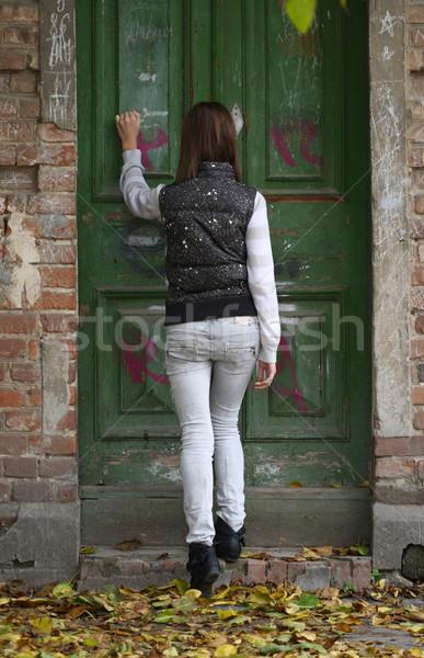 Aspettative giovane ragazza vecchio porta legno Foto d'archivio © dashapetrenko