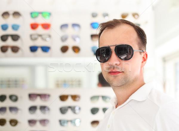 Homem novo óculos de sol olho feliz fundo Foto stock © dashapetrenko