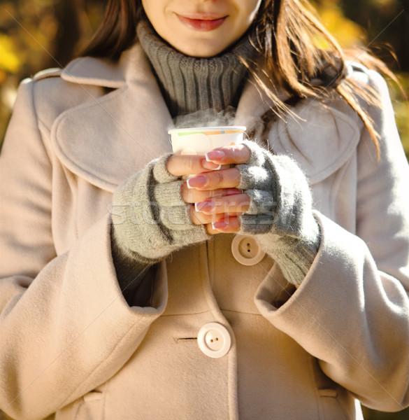 Feliz morena mulher potável café ao ar livre Foto stock © dashapetrenko