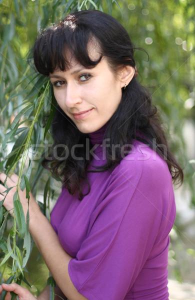 Vrouwen wilg jonge vrouw violet blouse groene Stockfoto © dashapetrenko