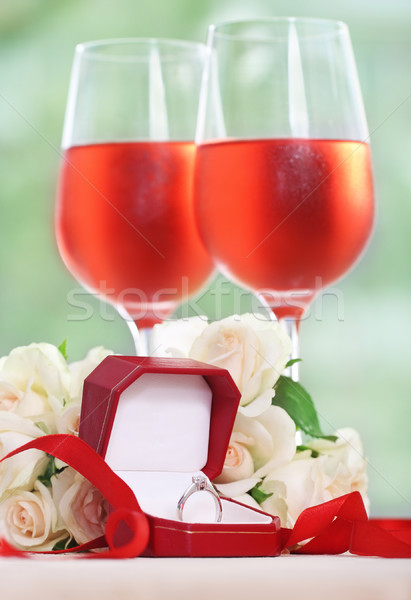 Házasság javaslat eljegyzés gyémántgyűrű doboz rózsák Stock fotó © dashapetrenko