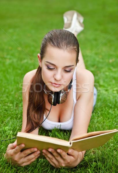 Bella giovane ragazza libro estate parco erba Foto d'archivio © dashapetrenko