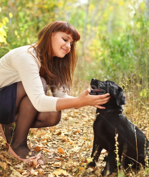 Tiener meisje zwarte labrador retriever puppy buitenshuis Stockfoto © dashapetrenko