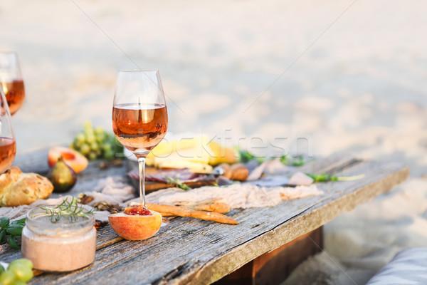Vidrio aumentó vino rústico mesa alimentos Foto stock © dashapetrenko