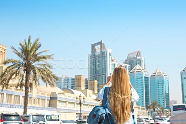 Vrouw mobiele foto centraal stad Stockfoto © dashapetrenko