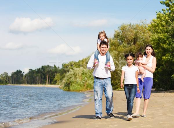Feliz jovem família crianças ao ar livre rio Foto stock © dashapetrenko