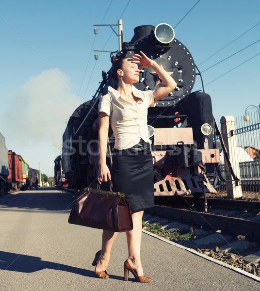 Femme valise plate-forme rétro train permanent Photo stock © dashapetrenko