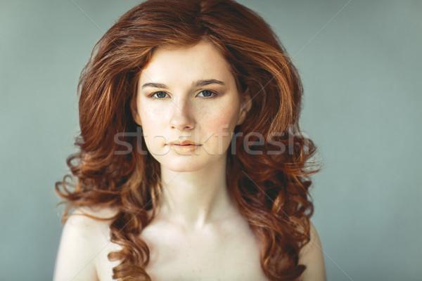 Güzel genç kadın çiller portre Stok fotoğraf © dashapetrenko