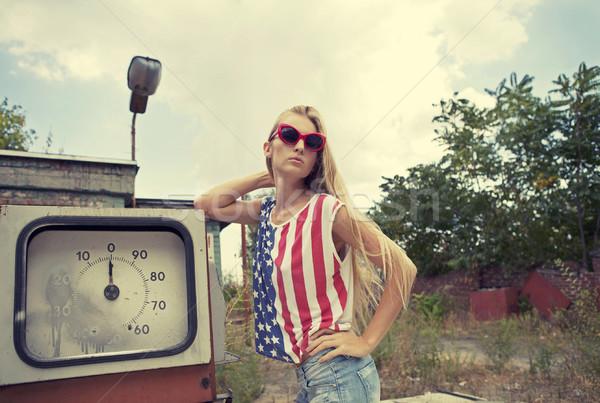 Blond meisje beschadigd tankstation handen hoofd Stockfoto © dashapetrenko