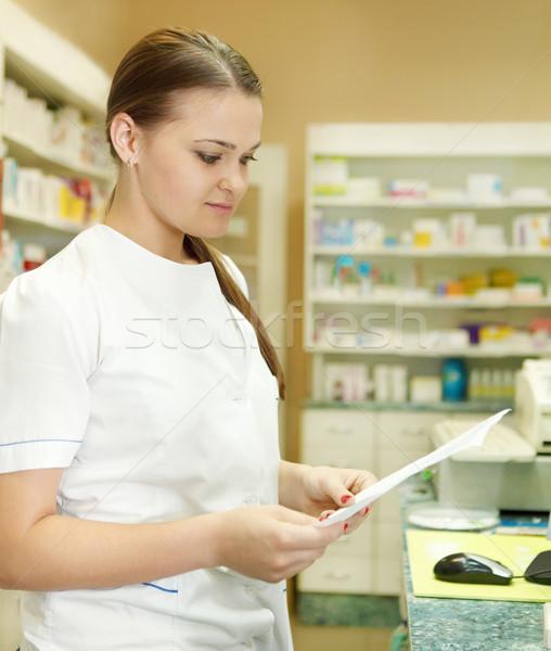 Farmacéutico químico mujer prescripción farmacia trabajo Foto stock © dashapetrenko