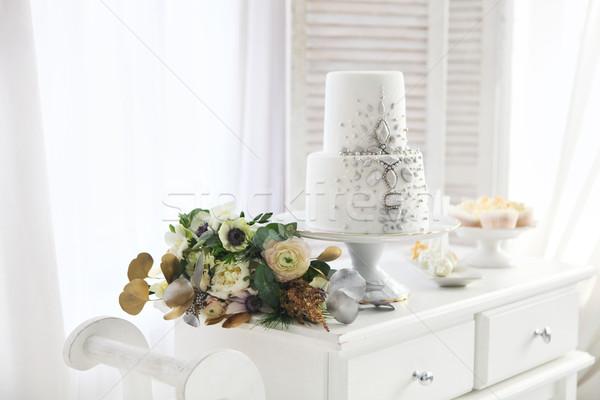 Fehér esküvői torta ezüst dekoráció esküvői csokor virág Stock fotó © dashapetrenko