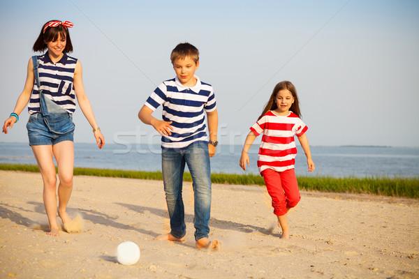 Frère soeurs jouer ballon de plage extérieur famille Photo stock © dashapetrenko
