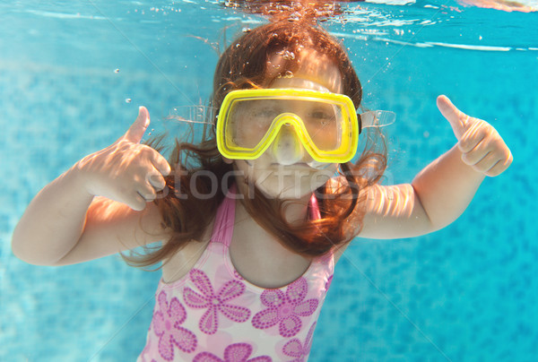 Dziewczynka pływanie podwodne uśmiechnięty shot wodoodporny Zdjęcia stock © dashapetrenko