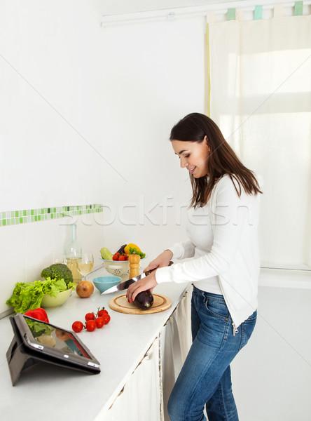 Portret szczęśliwy młoda kobieta kuchnia wina Zdjęcia stock © dashapetrenko