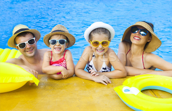 Mutlu aile iki çocuklar yüzme havuzu yaz tatili Stok fotoğraf © dashapetrenko