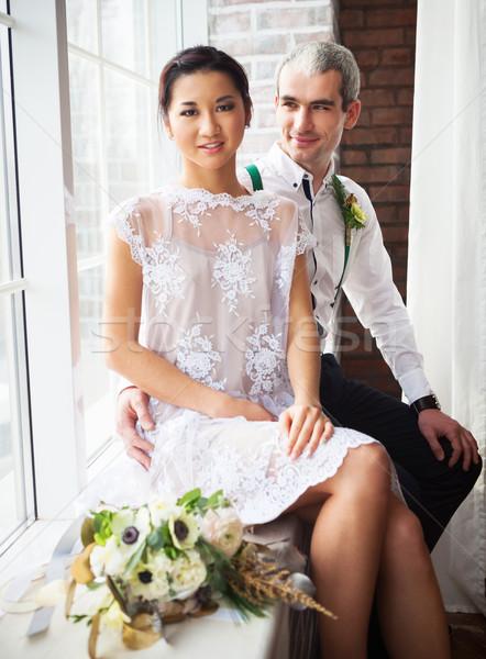 Vrolijk echtpaar venster vergadering bloemen bruiloft Stockfoto © dashapetrenko