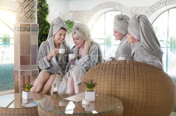 Cuatro las mujeres jóvenes potable té spa Resort Foto stock © dashapetrenko