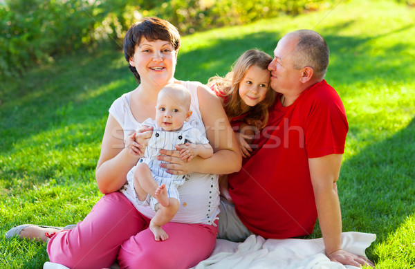 Stock foto: Glückliche · Familie · zwei · Kinder · Sitzung · Gras · grünen · Gras