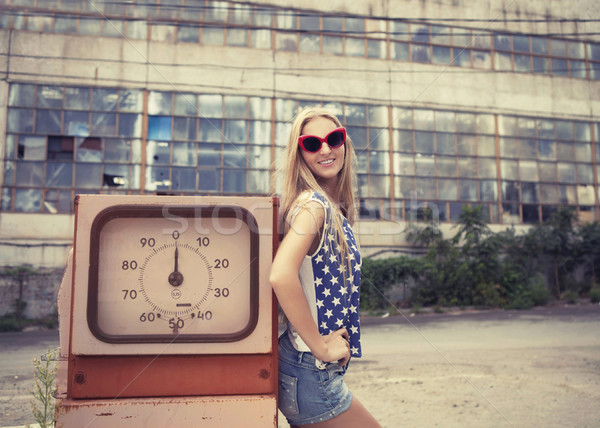 Blond fille endommagé station d'essence rouge verres Photo stock © dashapetrenko