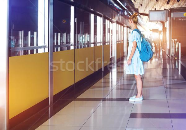 Foto stock: Feliz · mulher · jovem · metro · belo · mulher