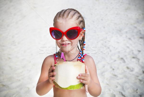 Stok fotoğraf: Sevimli · küçük · kız · içme · hindistan · cevizi · kokteyl · tropikal · plaj