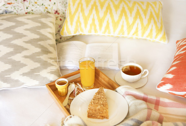 Confortável café da manhã cama chá suco de laranja comida Foto stock © dashapetrenko