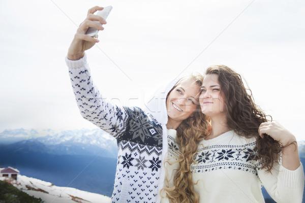 Zdjęcia stock: Szczęśliwy · siostry · zimą · wakacje · kobieta
