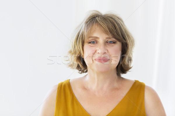 портрет средний возраст женщину комнату улыбаясь Сток-фото © dashapetrenko