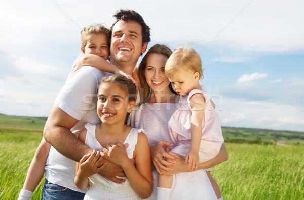 Heureux jeunes famille trois enfants extérieur Photo stock © dashapetrenko