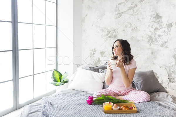 Zdjęcia stock: Młodych · pretty · woman · śniadanie · sypialni · kobieta · kwiaty