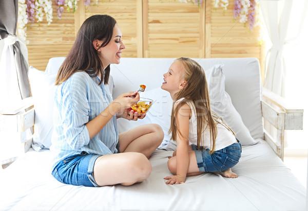 Mãe filha sessão cama casa café da manhã Foto stock © dashapetrenko