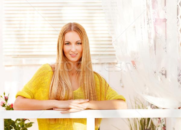 Vrouw genieten comfortabel terras jonge blond Stockfoto © dashapetrenko
