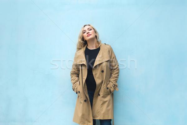 środkowy wiek kobiet niebieski ściany szczęścia Zdjęcia stock © dashapetrenko