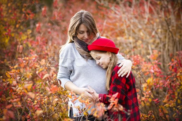 Heureux jeunes enceintes mère fille automne Photo stock © dashapetrenko