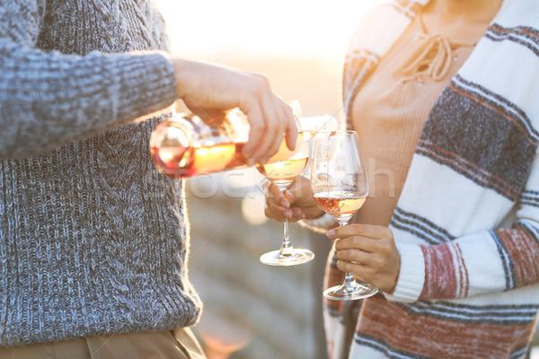 Homme femme verres à vin extérieur verre rose Photo stock © dashapetrenko