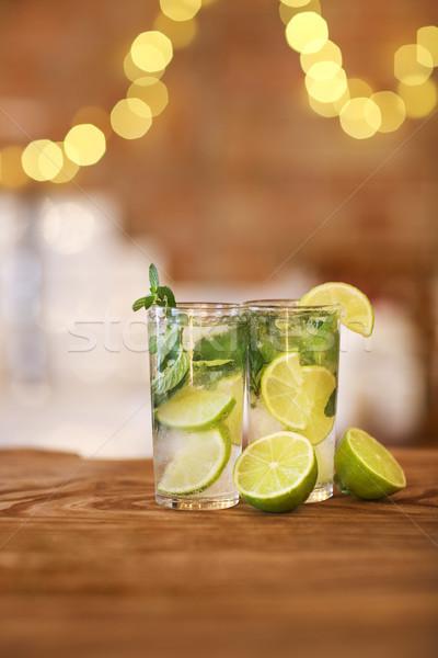 Deux cocktail verres chaux menthe bois Photo stock © dashapetrenko