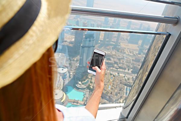Kız turist cep telefonu pencere gökdelen burj Stok fotoğraf © dashapetrenko