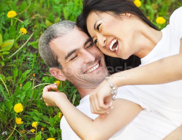 Jovem amoroso casal grama verde dandelion parque Foto stock © dashapetrenko