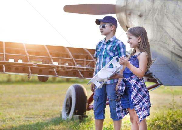Weinig jongen meisje piloot handgemaakt vliegtuig Stockfoto © dashapetrenko