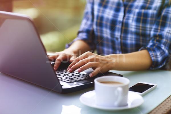 Сток-фото: молодые · женщину · используя · ноутбук · компьютер · сидят
