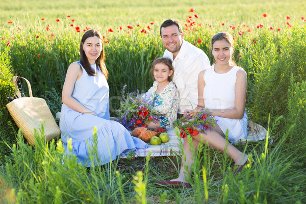 Retrato jovem grávida família papoula campo Foto stock © dashapetrenko